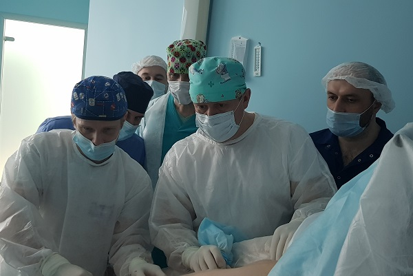 Phlebologists Iskhakov R.I. Ufa and Magomedov M.I. Magadan in the MIFC operating room during the laser procedure